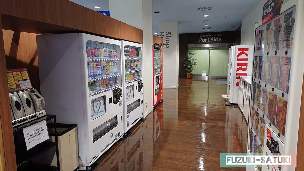 待合室の近くには自動販売機や携帯充電設備(有料)がある写真