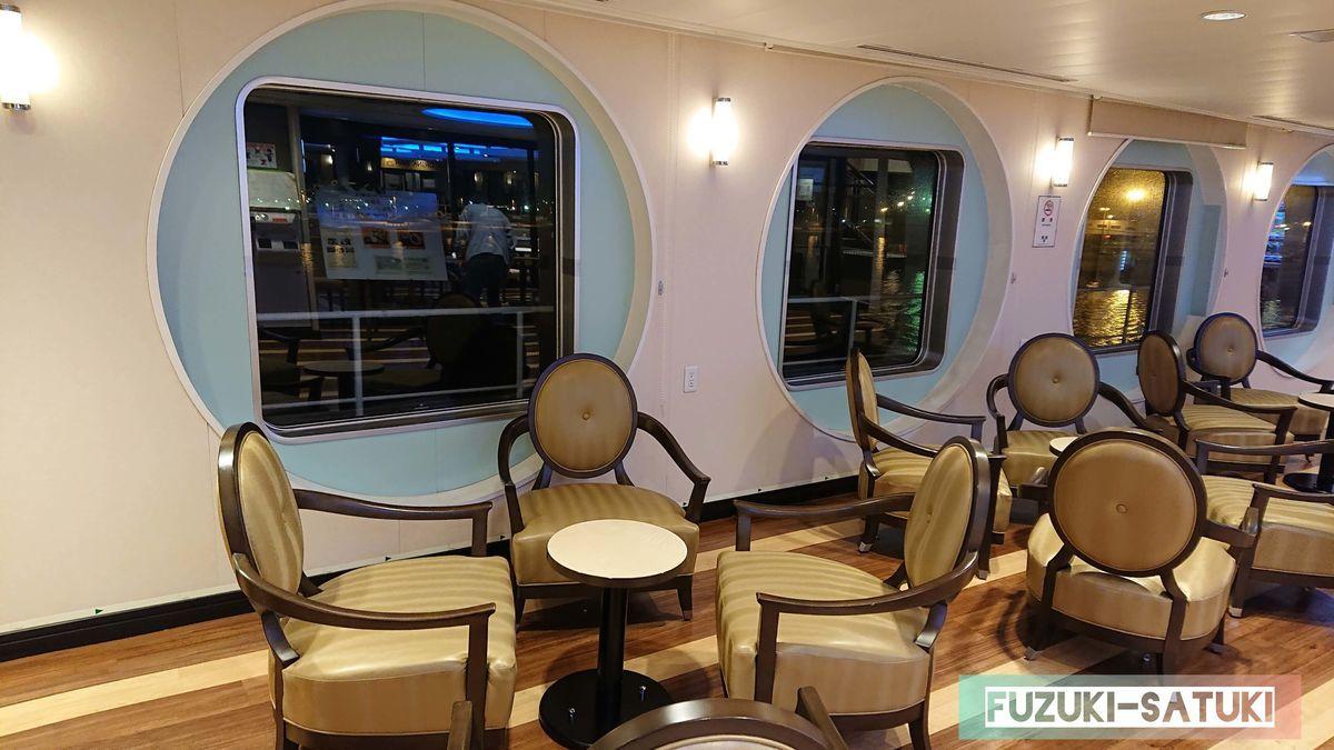 船内の様子(窓からは夜の海が見える)の写真