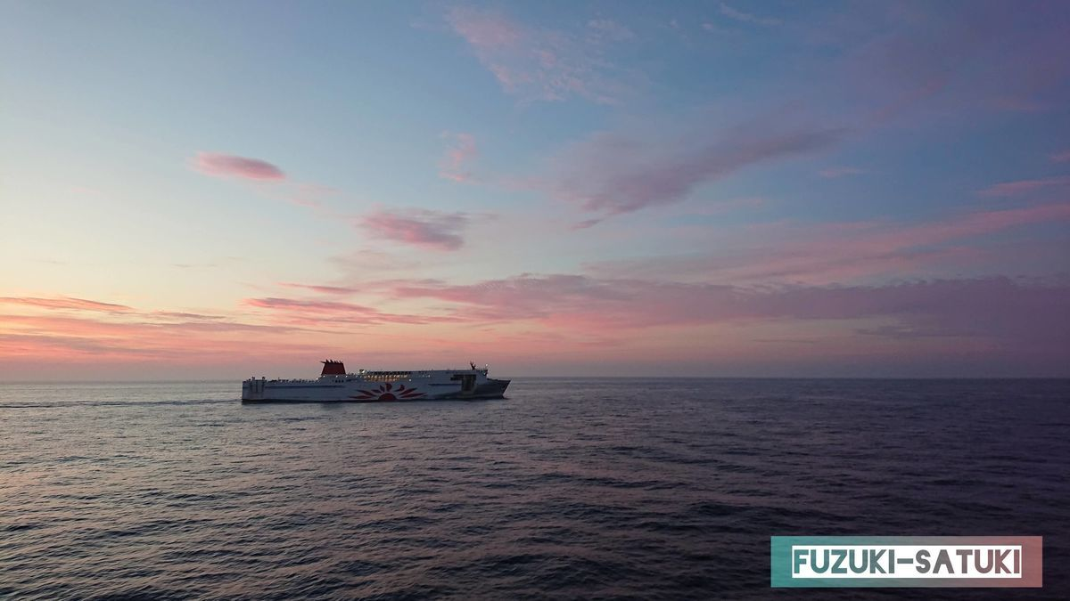 苫小牧からの船と夜明けの海の写真