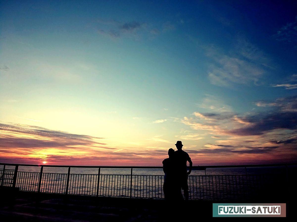 ふづき と さつき 船上からの夕陽を眺めている後ろ姿
