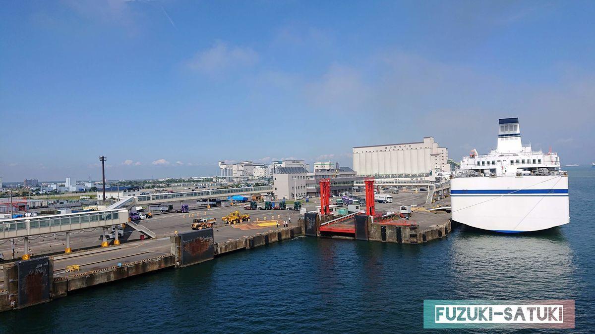 苫小牧港と船の写真
