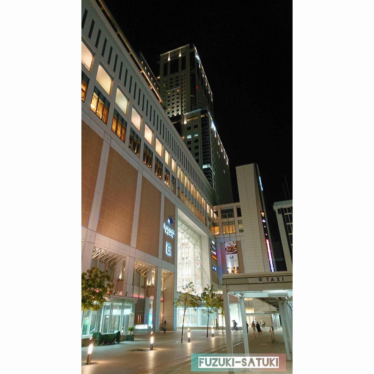 夜の札幌駅とそれに繋がる高い建造物の外観(写真)