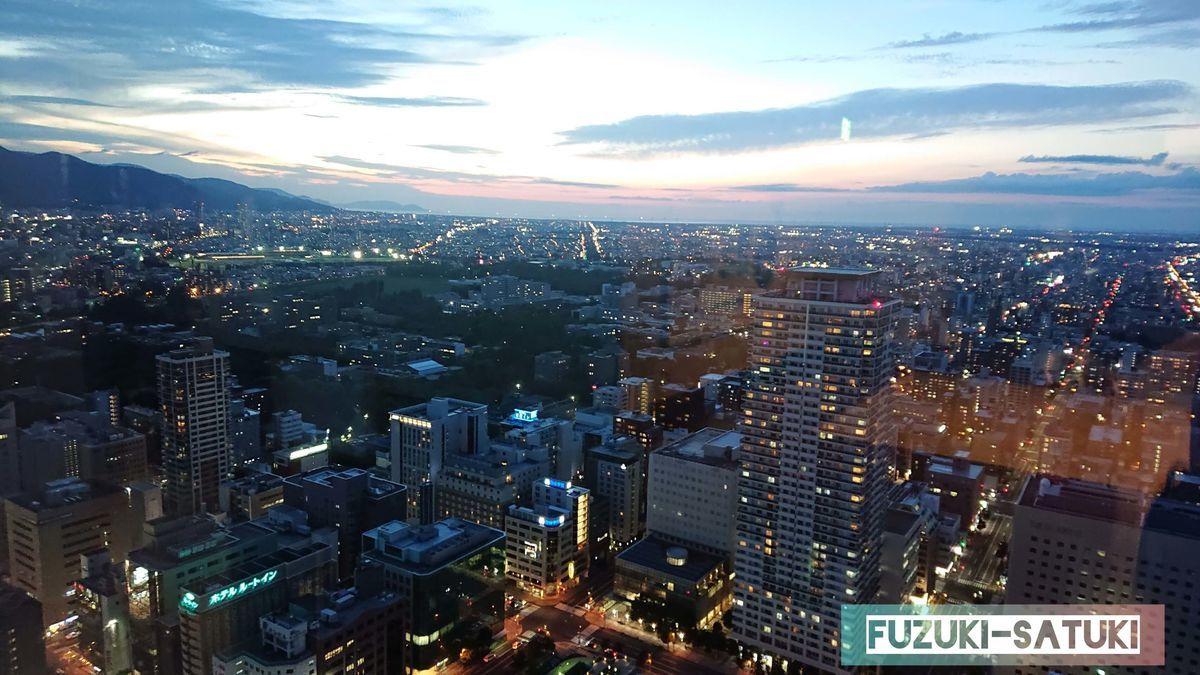 夕暮れ時の北西方向の眺望の写真。