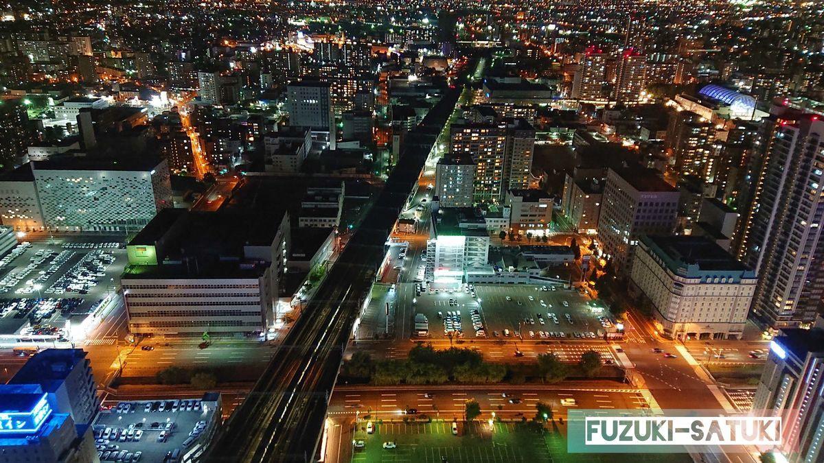 闇夜に明るく灯る東方向の夜景の写真