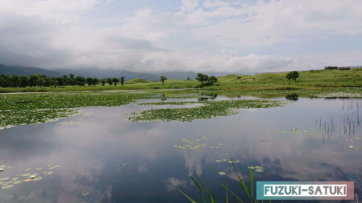 一湖 湖面に空と雲が映る