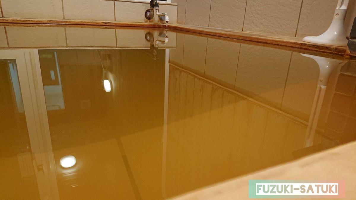 お湯は綺麗な黄土色
