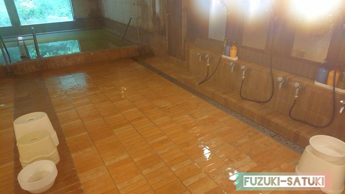 男湯 大浴場の湯船と洗い場