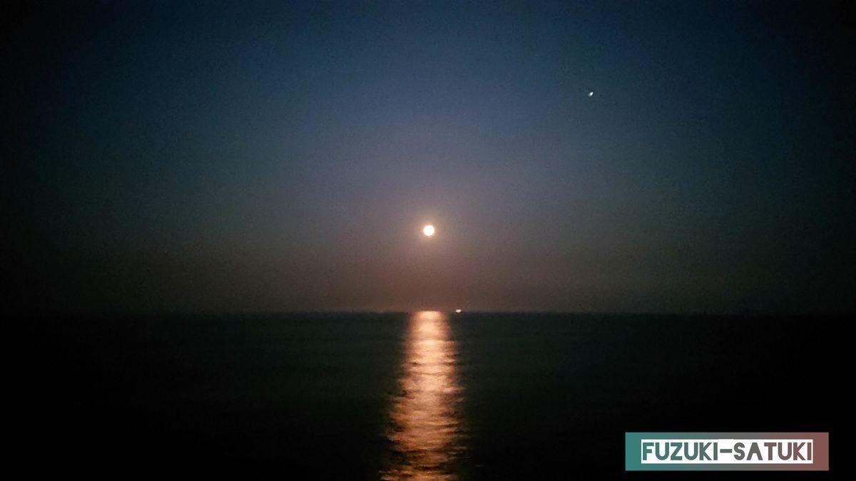 夜の海 月の道