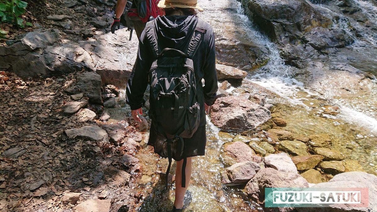 湯の滝を、マリンシューズを履いて安全に登る