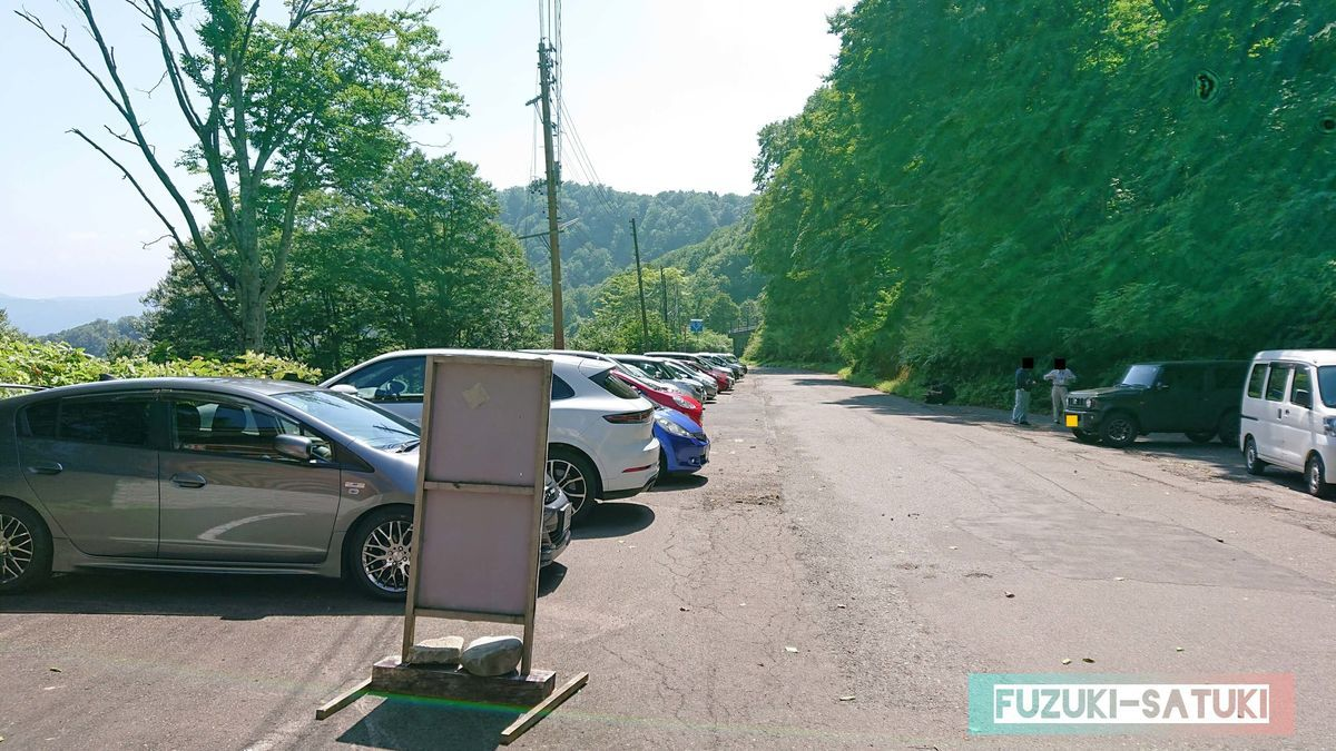 燕温泉 無料駐車場 何でもない平日だが、登山や宿泊客が結構停めている