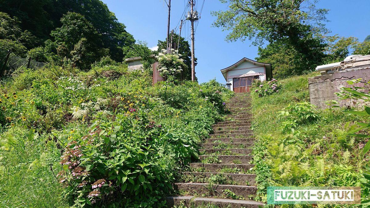 坂を上ると、とても急勾配な石段が続いている