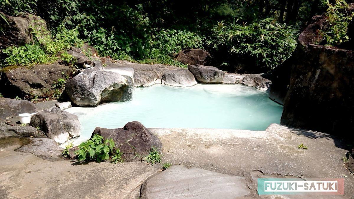 黄金の湯(男湯)岩の野天風呂 お湯は乳白色、10人程入れるくらいの広さ