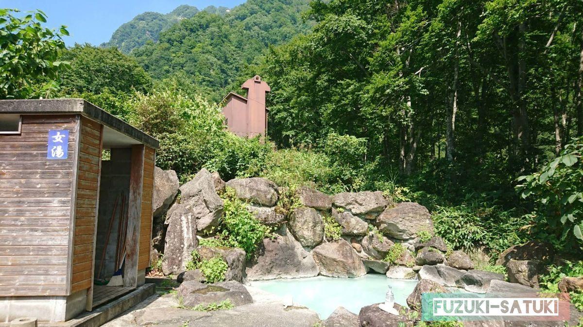 黄金の湯(女湯)嫁のさつき撮影 簡易的な木造の脱衣所と岩の野天風呂 お湯は乳白色