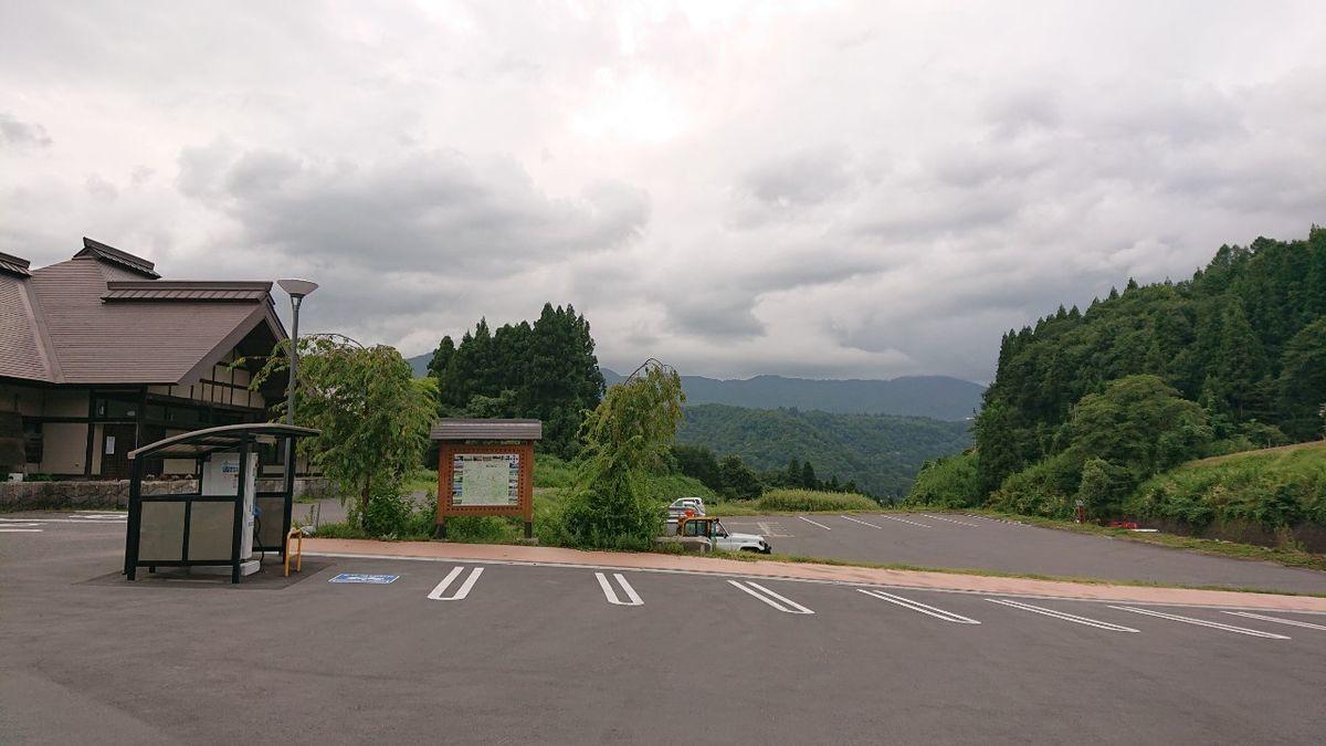 駐車場は傾斜が強く、見た目でもわかる