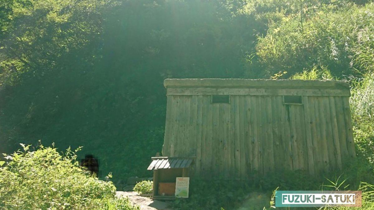 河原の湯と小屋、河原の湯は混浴風呂のため、写真は撮れず