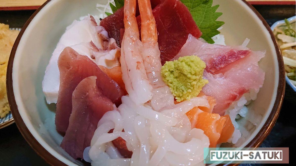 海鮮丼を真上から見る。甘エビ、イカ、美雪鱒、鮪、タコ、ワラサ、ワサビが乗っている。