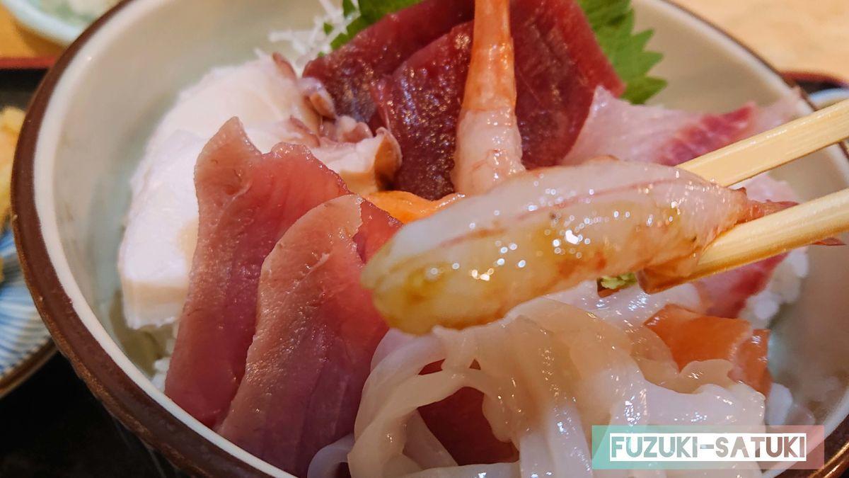 海鮮丼の甘エビアップ。艶があり、プリプリしている様子がわかる。