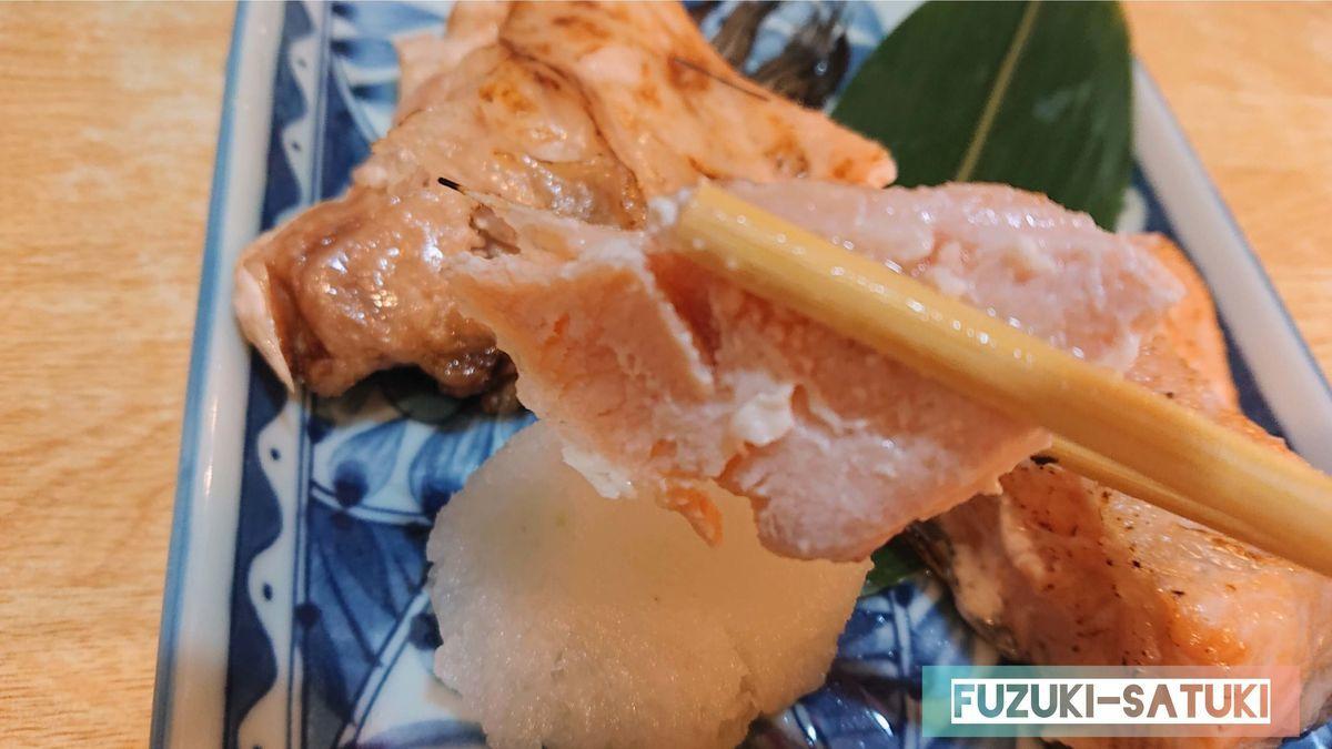 サーモンかま焼き、箸の抵抗がないほど柔らかく脂が乗って甘い。