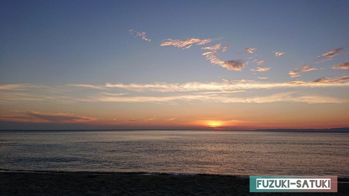 新潟のとある海岸線にて、夕陽と海と空と…
