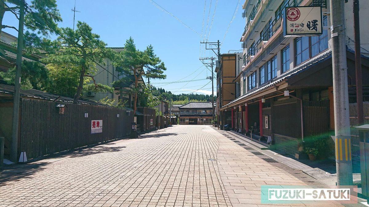 「あしゆ湯足美」から月岡の温泉街へ視線を向けた街並み 売り地があるものの、昔ながらの立派な建物が連なる