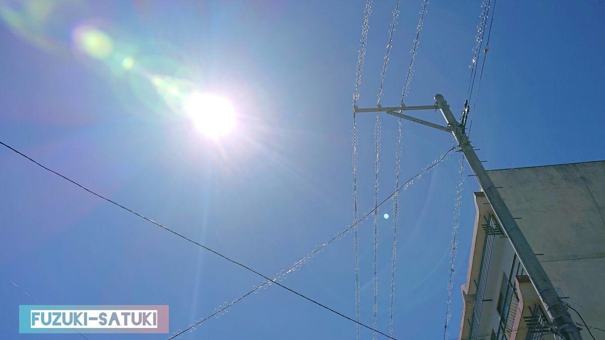 9月上旬、月岡温泉街から見上げる、雲ひとつない陽射しと青空