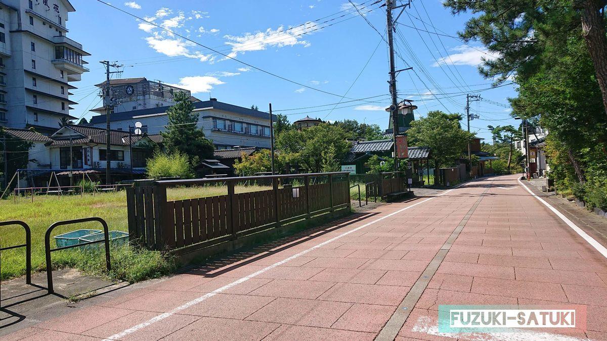 共同浴場『美人の泉』から飲泉所のある『源泉の杜』へ向かう、9月のとある晴れた日の道