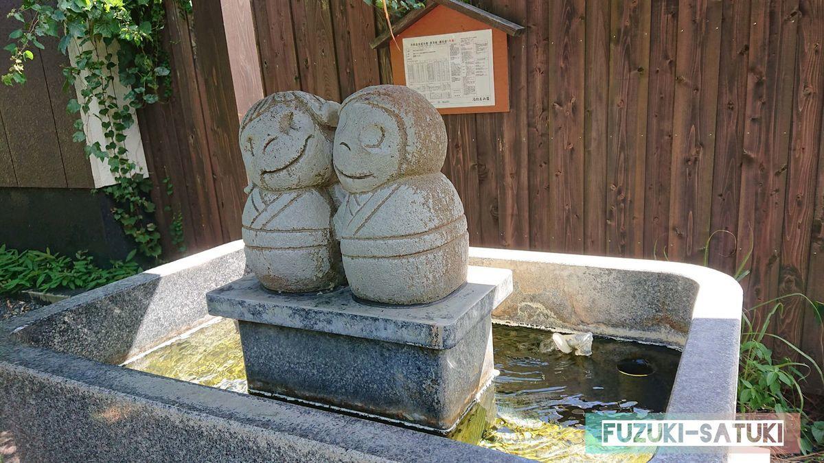 湯結美の泉 仲良しなふたりの石像と手湯がある
