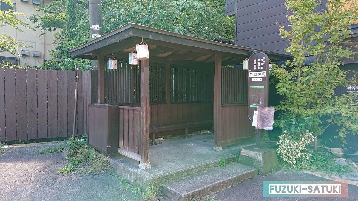 新潟交通 月岡仲町の木造一軒家のようなバス停