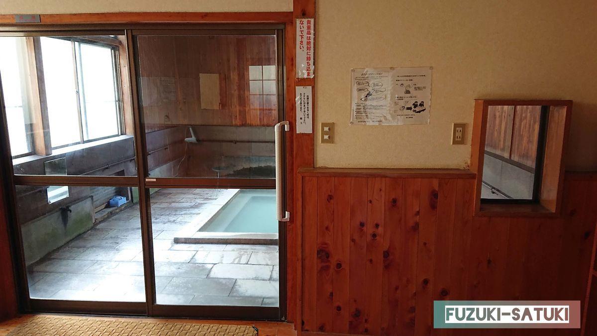 桜湯 男湯 脱衣所内の様子 外観からは想像できない浴槽が見える