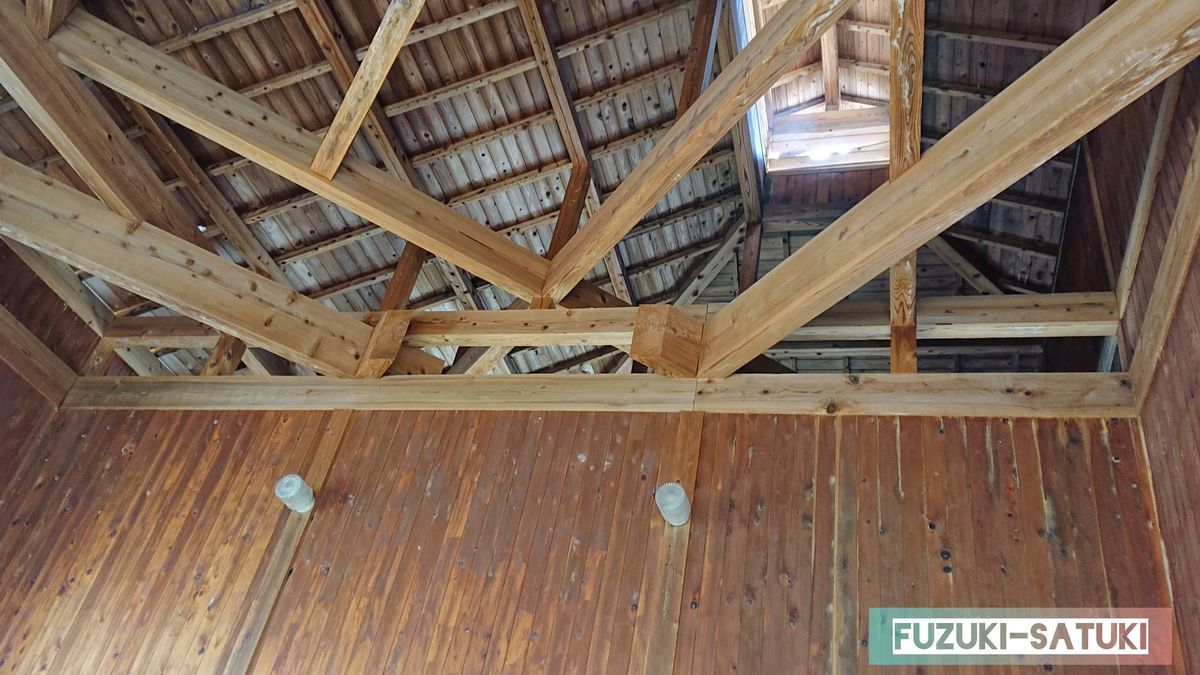 天井は梁の見えた造りで、開放感を感じる
