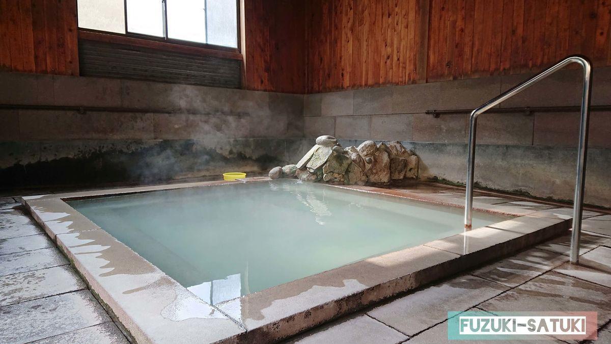 桜湯 男湯 浴槽 乳白色の湯船から硫黄香る湯気が漂う