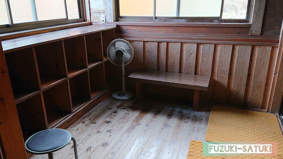 竹の湯 脱衣所②木枠のロッカーは年季を感じ、味があって良い雰囲気