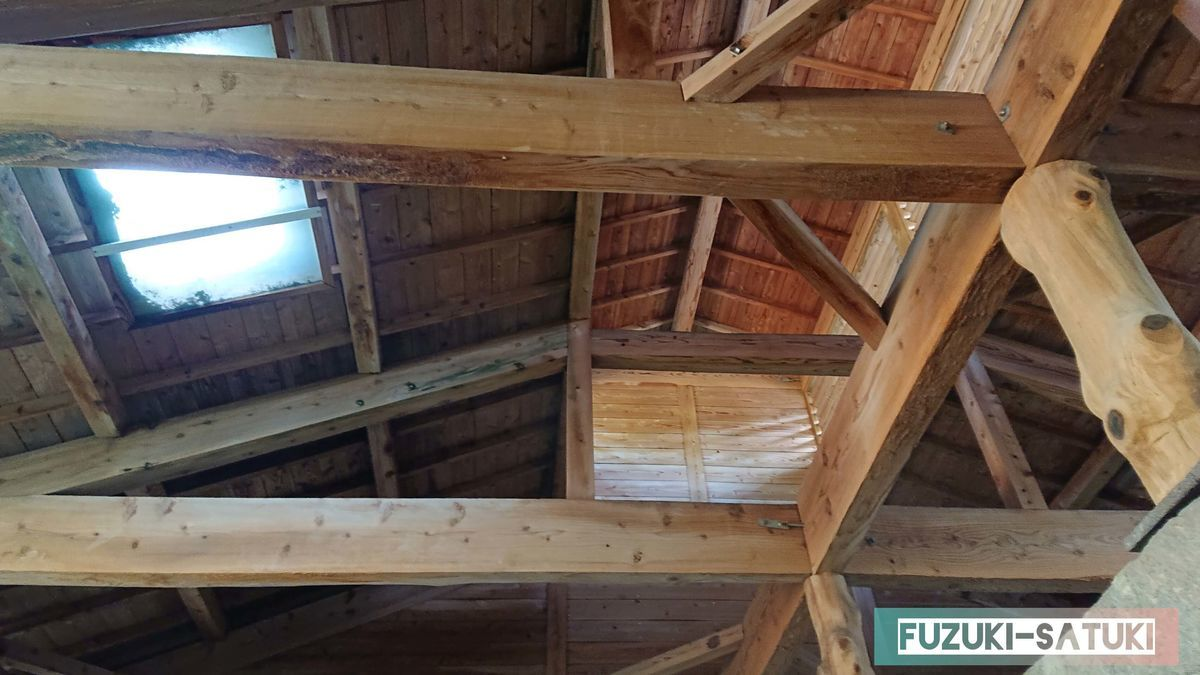 天井は木の梁が見える造りとなっていて、女湯と声を掛け合うことが出来る