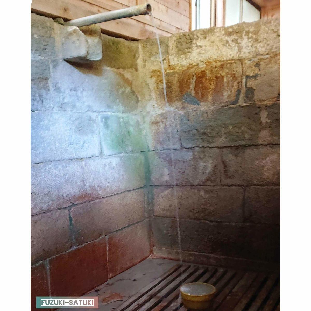 竹の湯 打たせ湯 桶の色から成分の濃さがわかる 頭に当てると火傷するくらい熱い