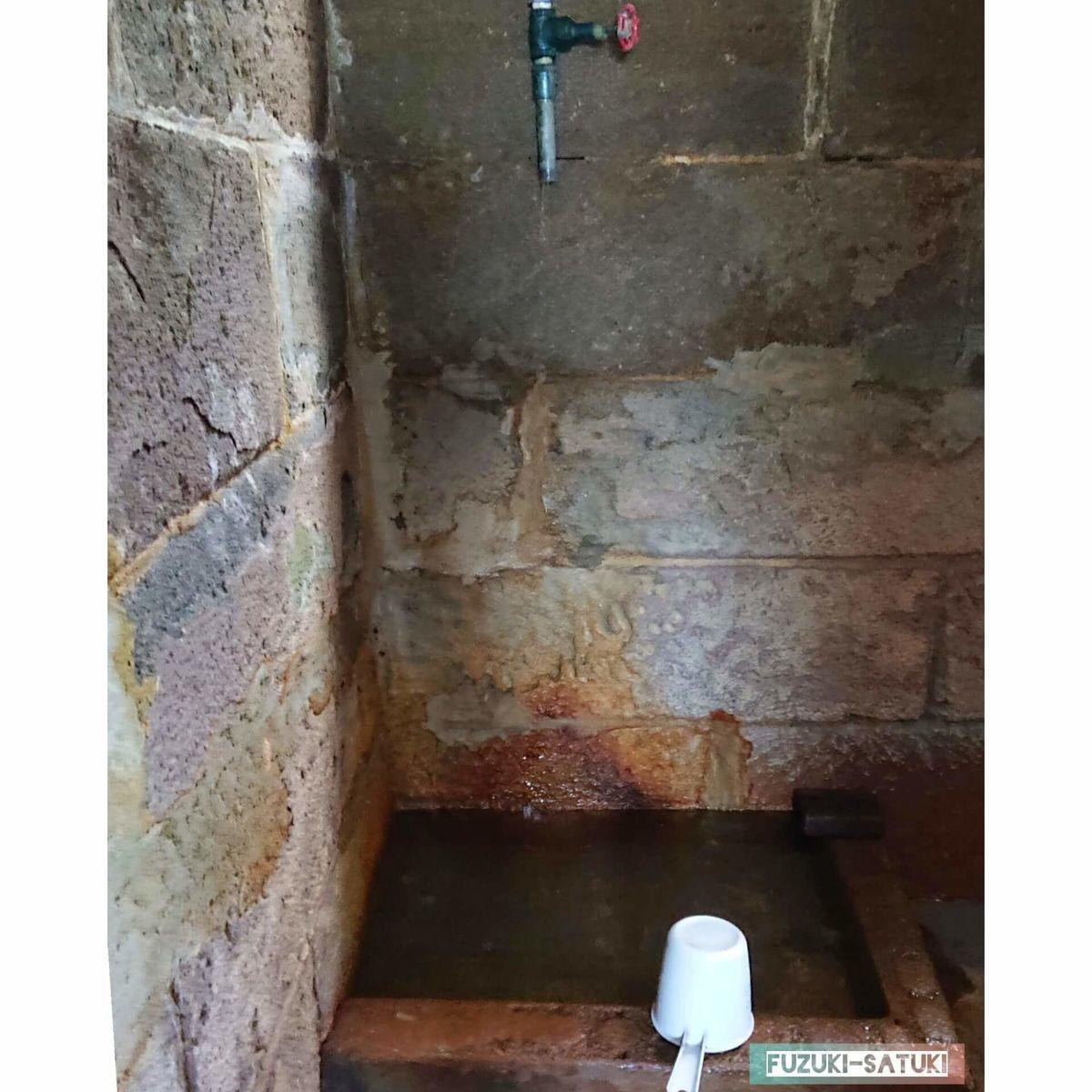 竹の湯 水風呂 山の水か、とても冷たい コップがあるため、飲用できるのかもしれない