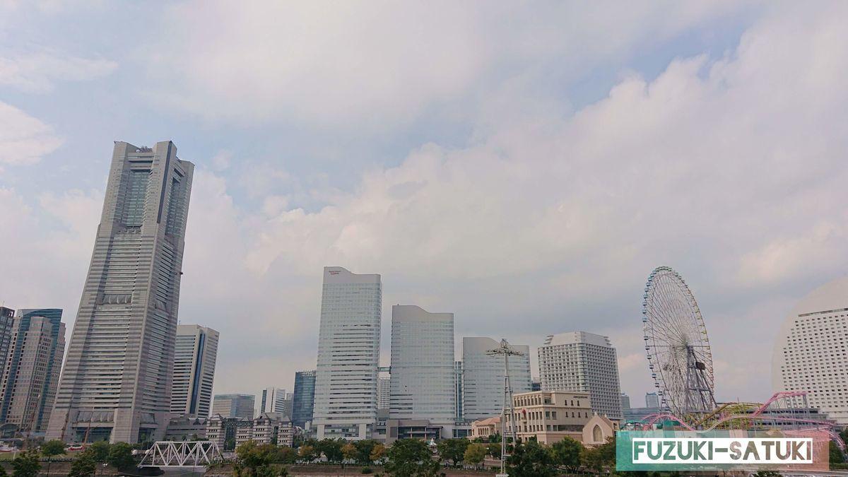 横浜の景色 ランドマークタワー、高層ビル群に、観覧車