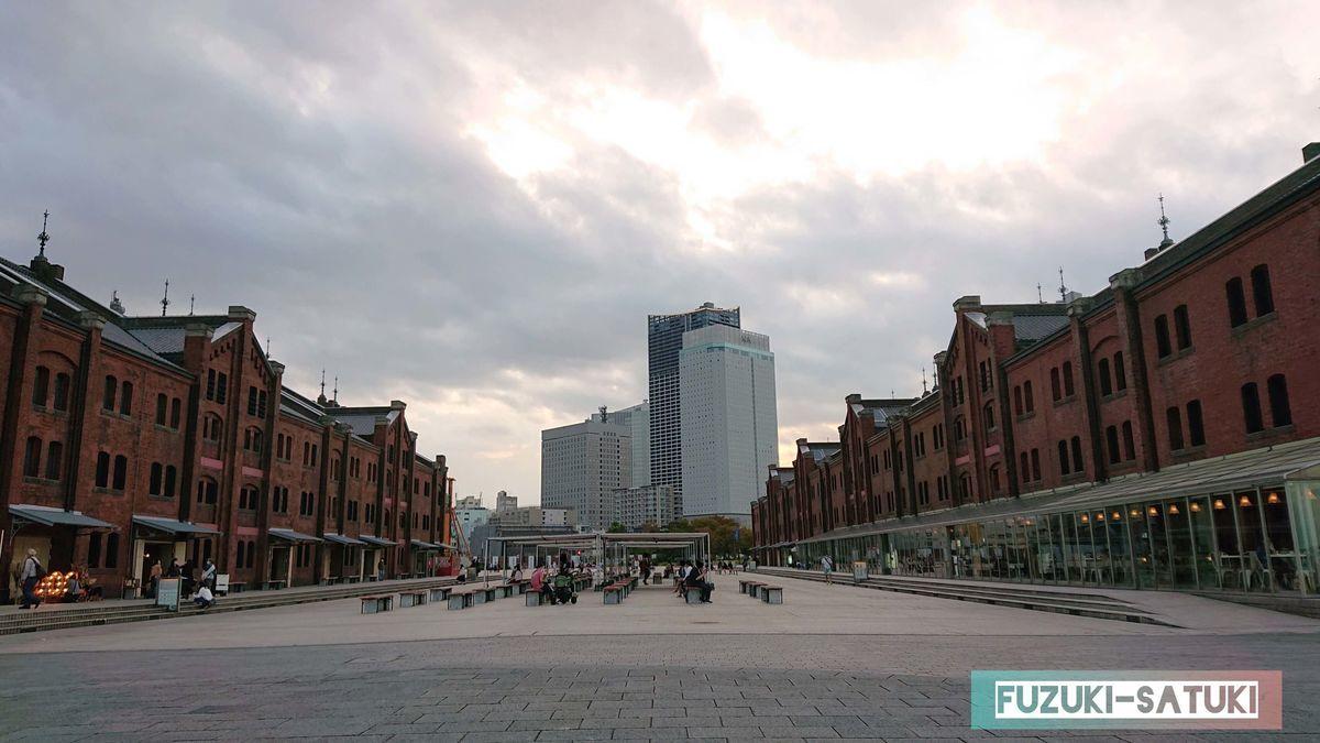 赤レンガ倉庫から横浜の街を観る 倉庫の合間から高層ビル群が見える