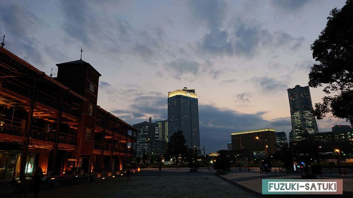 明かりが灯る直前の赤絵レンガ倉庫とビル群