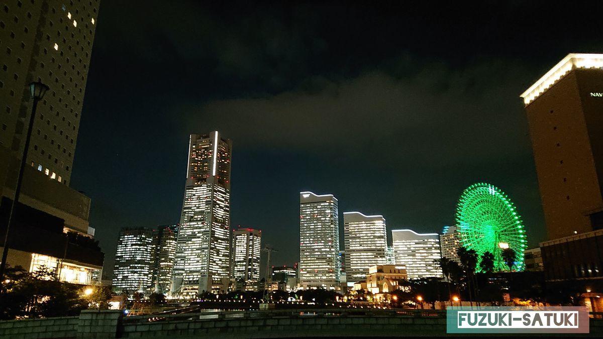 夜の横浜の夜景 ランドマークタワー、ビル群、観覧車が闇夜に煌めいている