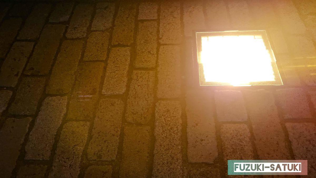 夜の赤レンガ倉庫の一角より、足元から照らす優しい灯り