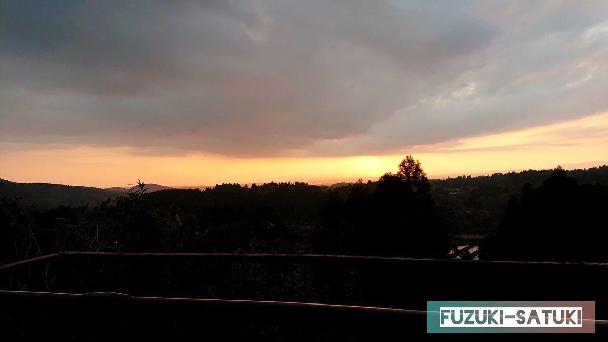 霧島神宮展望台からの眺望 夕暮れ時のオレンジに染まり始める風景