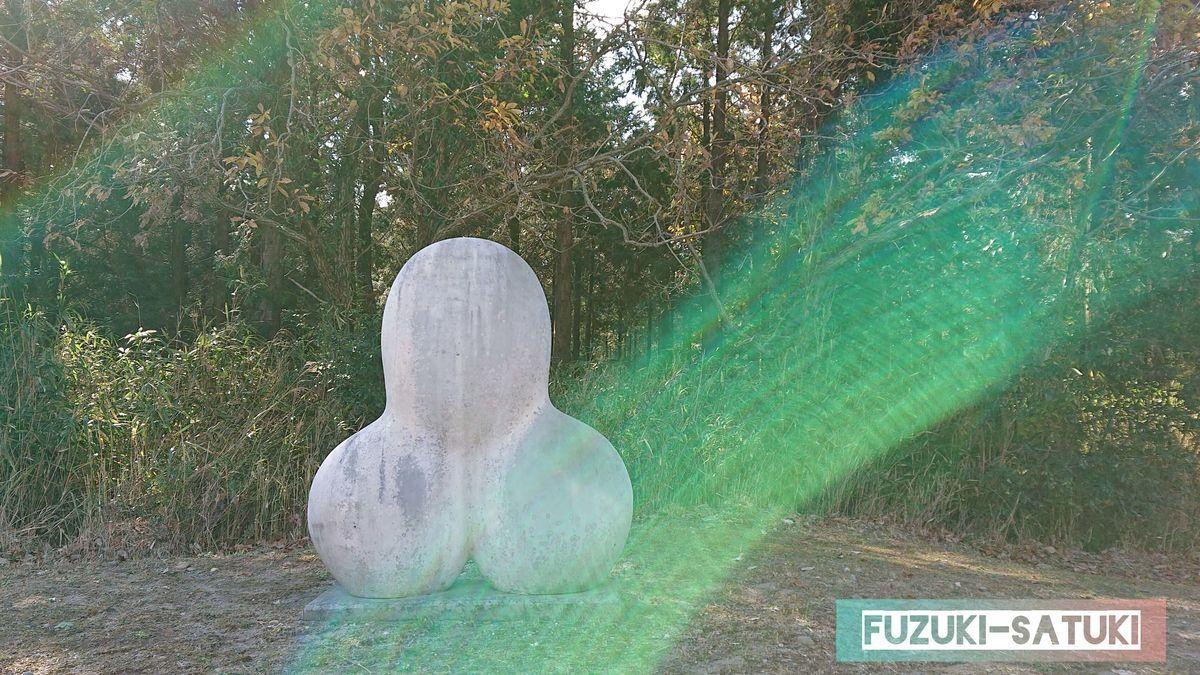 霧島アートの森近くの道路沿いで見かけたオブジェ③石のようなもので出来ている、球体を3つくっつけたような物体