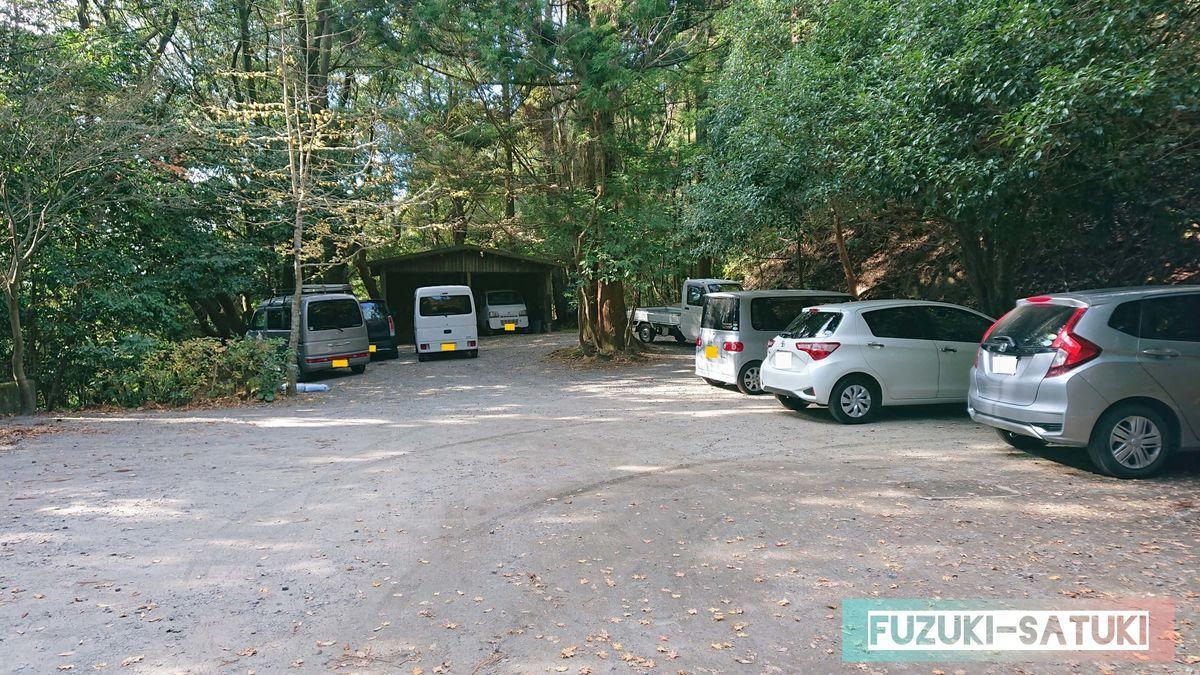 山荘敷地奥にある青空駐車場 枠がなく、自由に停められている