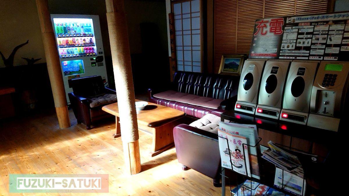 待合室は、革張りのソファーに木製のこぢんまりしたテーブルと灰皿。昭和感漂う。携帯用充電器(有料)完備されている。