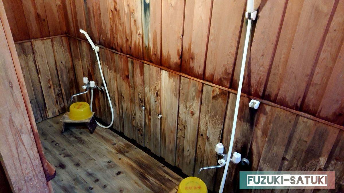シャワーとカランが2基設置してある。風呂椅子と風呂桶(ケロリン桶)あるも、シャンプー等のアメニティーは設置なし