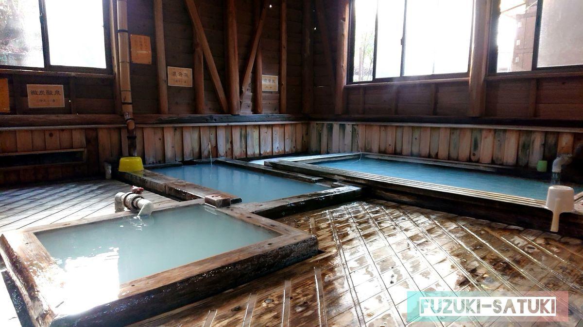 湯之谷温泉 男湯 3つの浴槽全体を眺める どれも乳白色だが、炭酸泉のみ若干色が違う