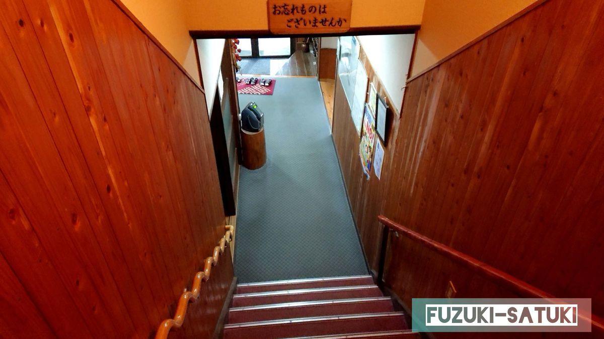 湯之谷山荘 2階から降りる階段にて お忘れ物はございませんか の一言