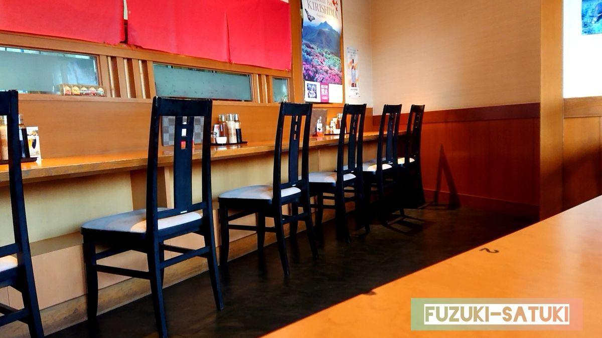 霧島温泉市場にあるトントン亭のカウンター席。テーブル席、座敷席、カウンター席と、客席が多く見られる。