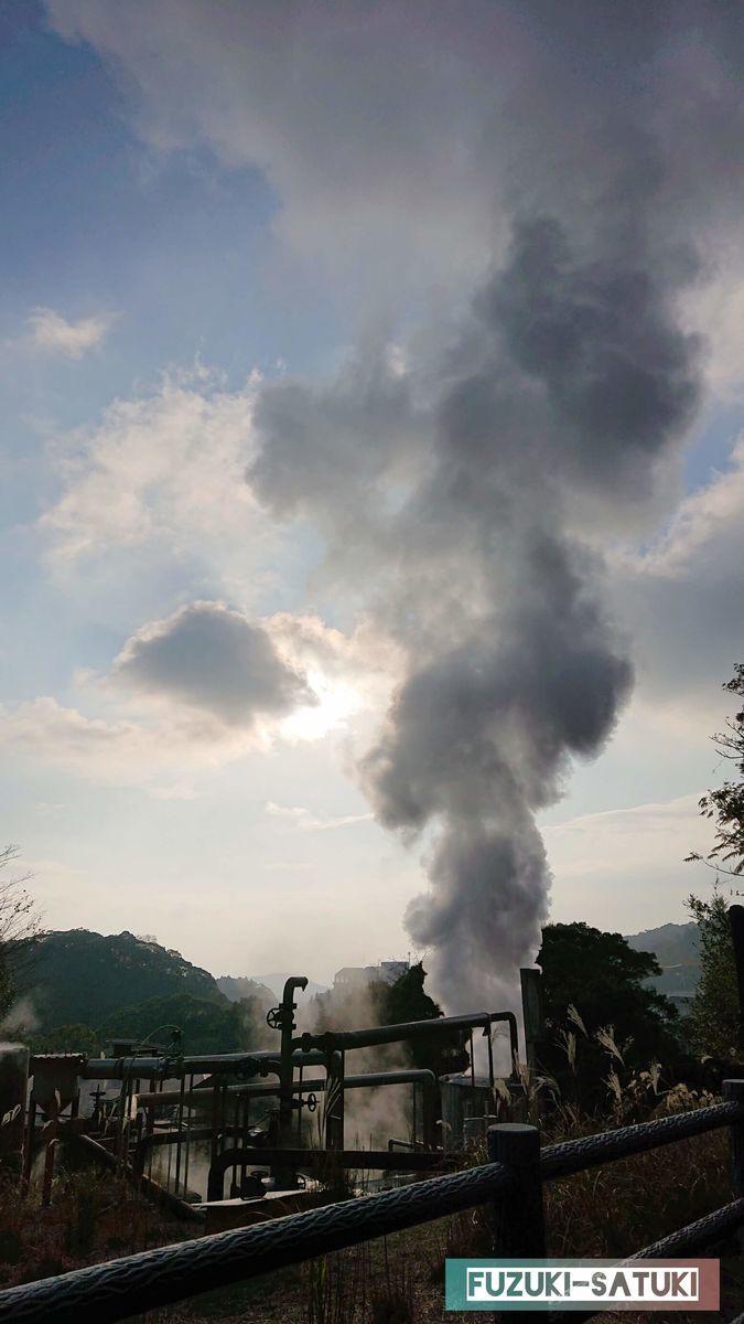 霧島温泉郷のイメージである湯けむり 霧島国際ホテル向かいにある湯けむりの写真。いつから温泉を汲み上げているのだろうか、歴史を感じさせるような古びた金属から勢いよく白煙の湯煙が空高く噴き出している。