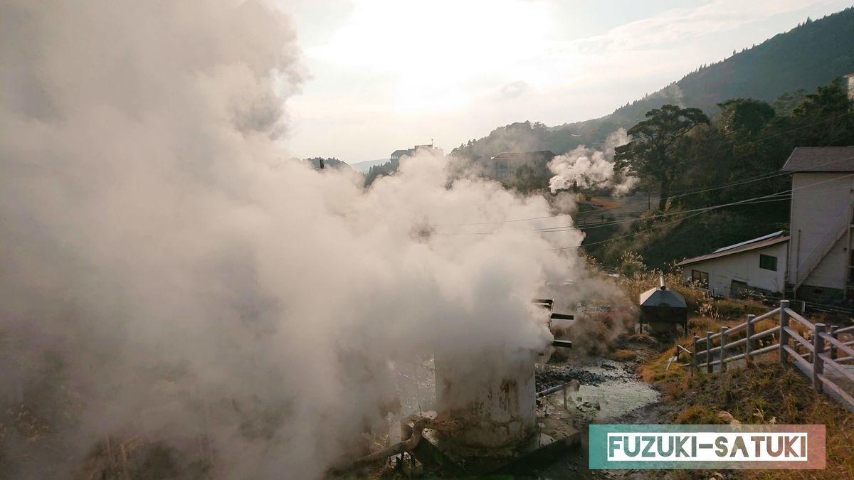霧島国際ホテル前の湯けむり 白煙の量が多すぎて、見方によっては何事と思うくらいの噴出量を感じさせる
